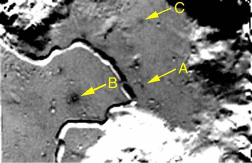 Тёмное пятно, обозначенное буквой А, находится точно в месте посадки