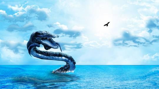 Огромный змей над водой