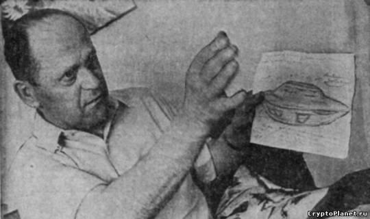 Михаляк показывает рисунок НЛО