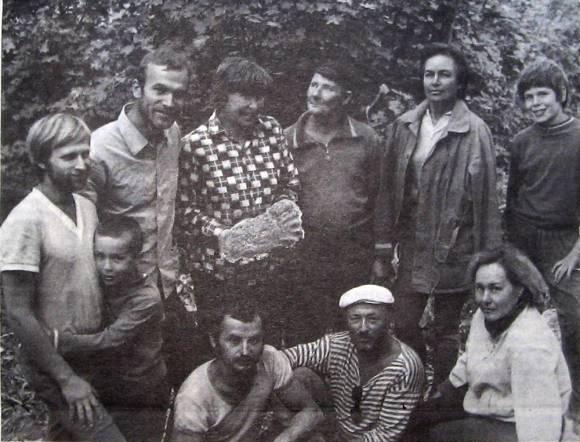 Члены экспедиции Тацла с гипсовым слепком огромного следа